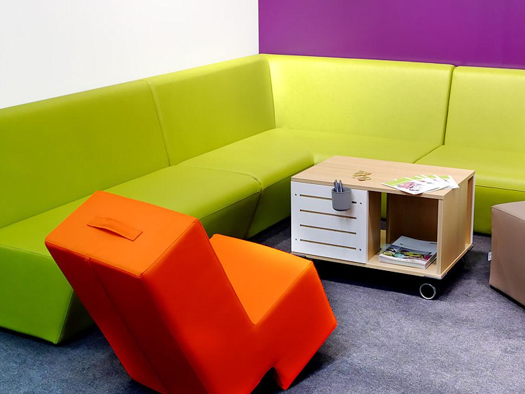 мягкая мебель с цветной обивкой из искусственной кожи