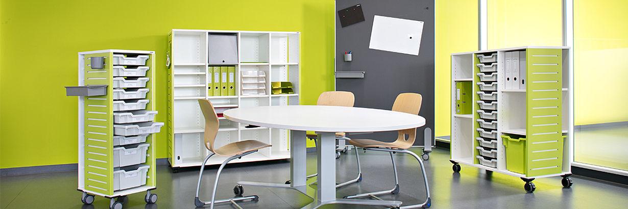 Школьная мебель: стол, стулья, шкафчики