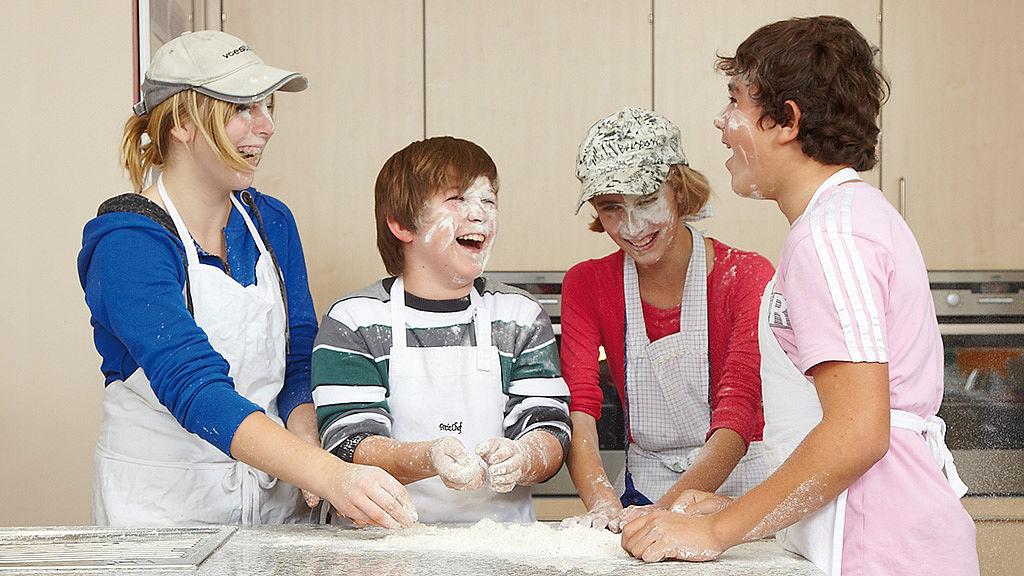 Дети на учебной кухне