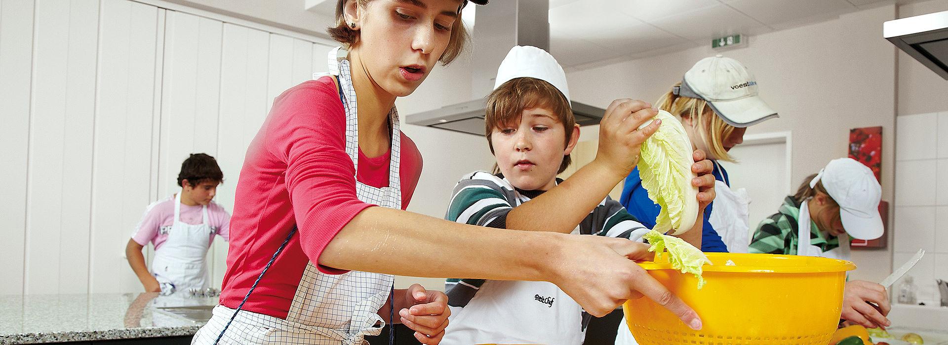 Ученики осваивают процесс приготовления пищи