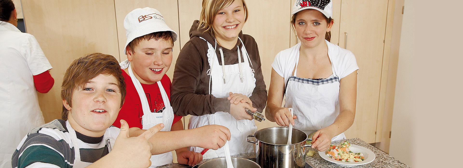 Веселая компания готовит